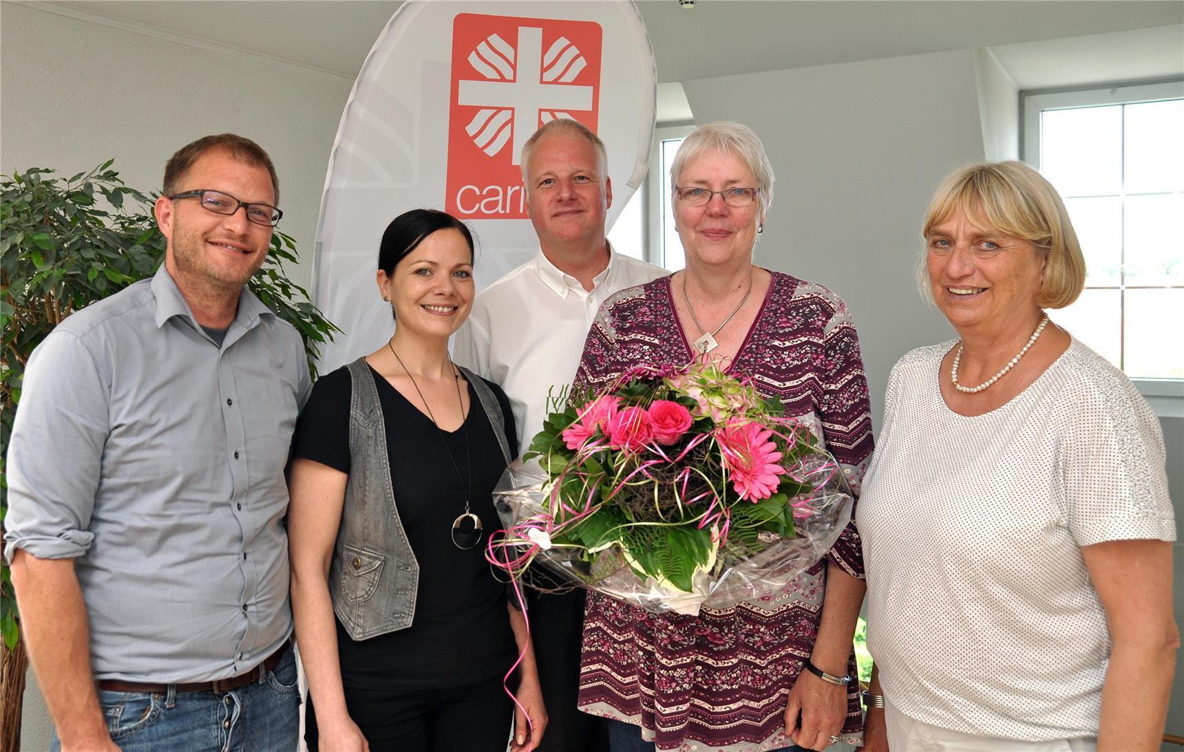 Susanne Kemper (2. v. l.) ist Nachfolgerin von Gabriele Limbach, die mit einem Blumenstrauß aus ihrem Dienst in der Stabsstelle Gemeindecaritas des Caritasverbandes für die Stadt Münster ver-abschiedet wurde. Caritas-Vorstand Thomas Schlickum, stellvertretender Stadtdechant Ulrich Messing und Caritas-Vorstand Helga Fuhrmann (von links) bedankten sich bei Gabriele Limbach und wünschten ihrer Nachfolgerin alles Gute für die künftige Arbeit.
