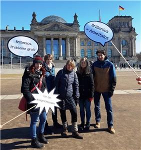 Ohne Brille sind Menschen mit geringem Einkommen mit teils großen Problemen konfrontiert. Darauf wiesen youngcaritas und Vinzenz-Konferenzen im Erzbistum Paderborn Bundestagsabgeordnete in Berlin mit der Übergabe einer Petition und einer kreativen Aktion hin.