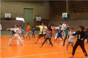 Kinder in Karateposition in einer Turnhalle