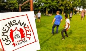 Aufkleber mit Logo, kickende Jugendliche