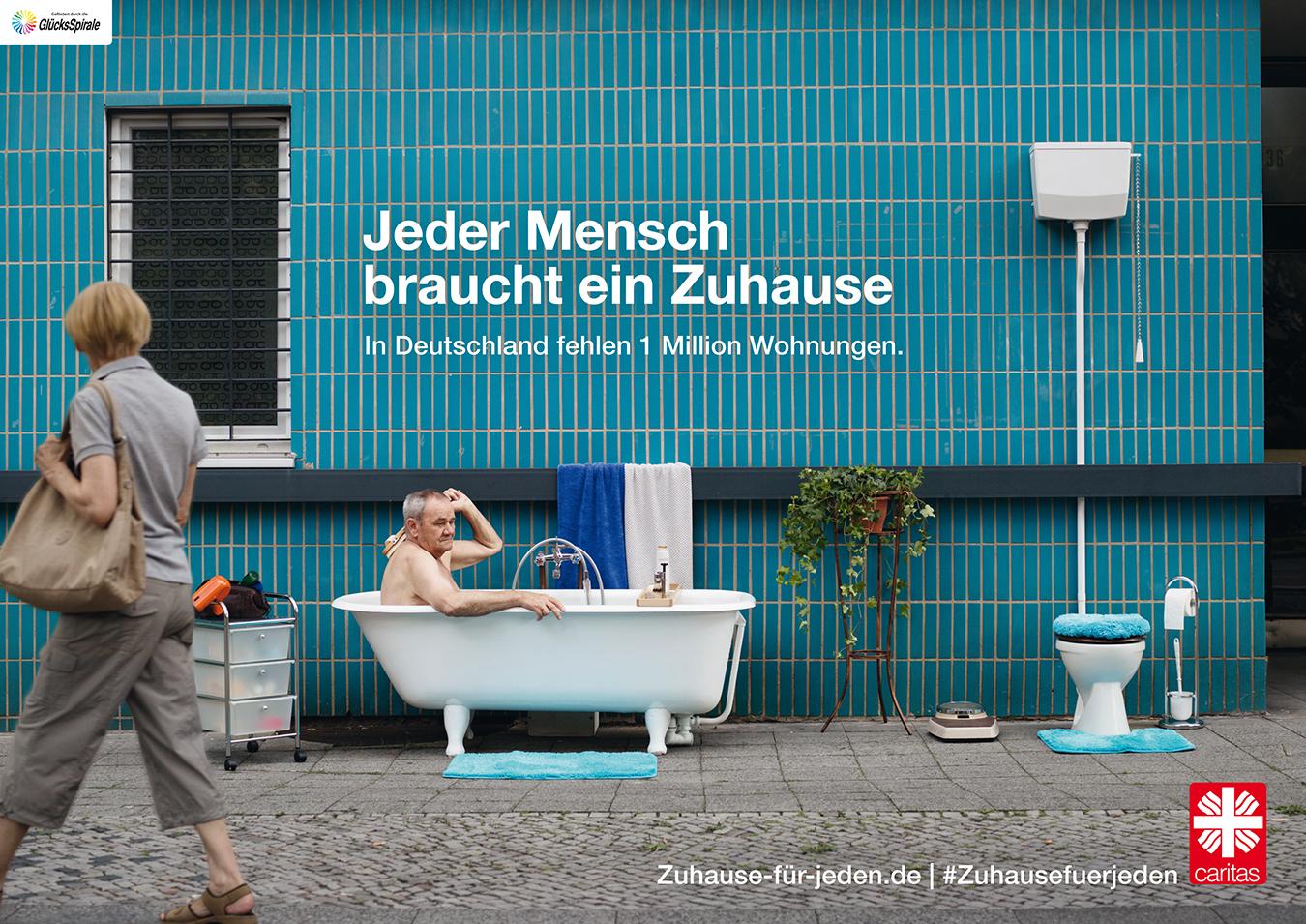 Älterer Mann sitzt in Badewanne im Freien