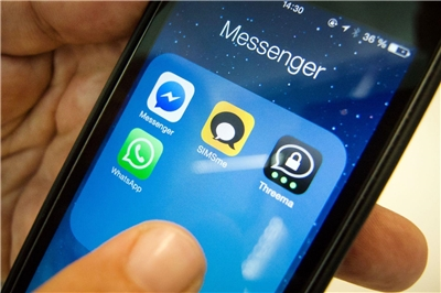 Ein Smartphone mit Whatsapp und alternativen Messenger-Applikationen.
