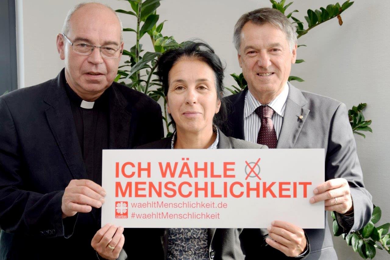 Der Aufsichtsrat der St. Raphael Caritas Alten- und Behindertenhilfe GmbH mit dem Aktionsschild: Dechant Georg Moritz, Prof. Dr. Gabriele Moos und Hans-Joachim Backes (von links)