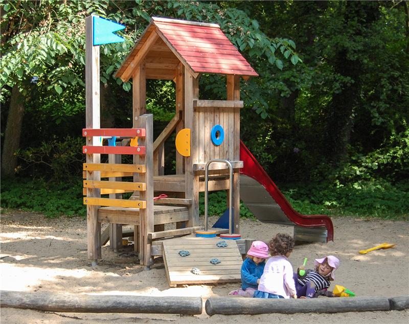 Klettergerüst Für Kinder : Kinder spielen auf einem klettergerüst dem kinderspielplatz in