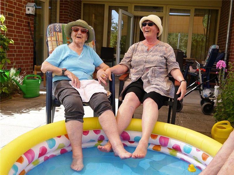 Seniorinnen am Pool