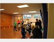 Kinder jonglieren in der Turnhalle