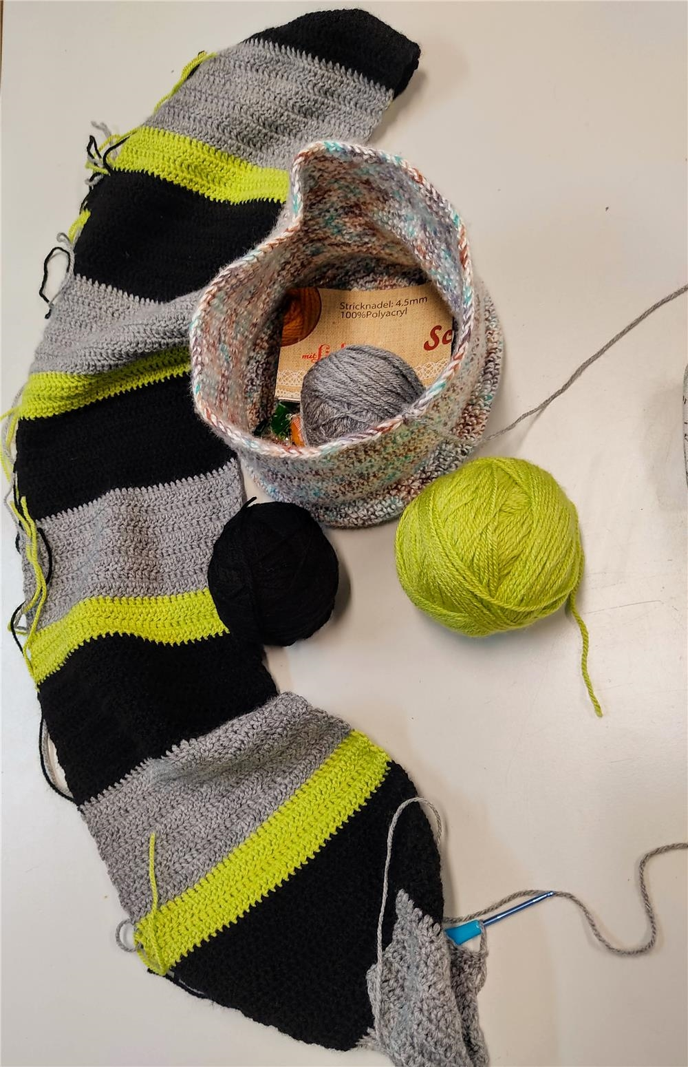 ein Strickschal nimmt Gestalt an in der Kreativwerkstatt (© Caritasverband Worms e. V.)