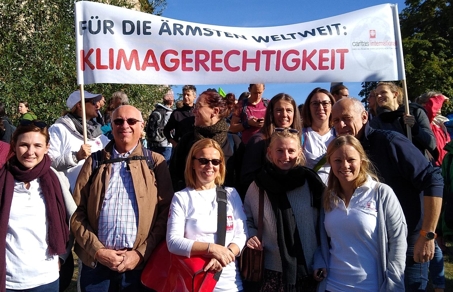 Mitarbeitende von Caritas international halten bei der Fridays-for-Future-Demonstration am 20. September 2019 ein Plakat mit der Aufschrift: Für die Ärmsten weltweit - Klimagerechtigkeit!
